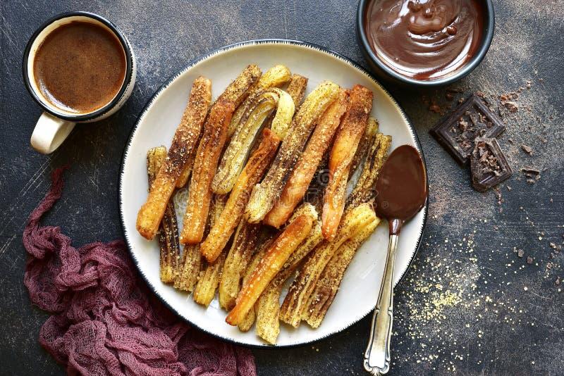 Churros - tradycyjny meksyka?ski deser z czekoladowym kumberlandem Odg?rny widok zdjęcia stock