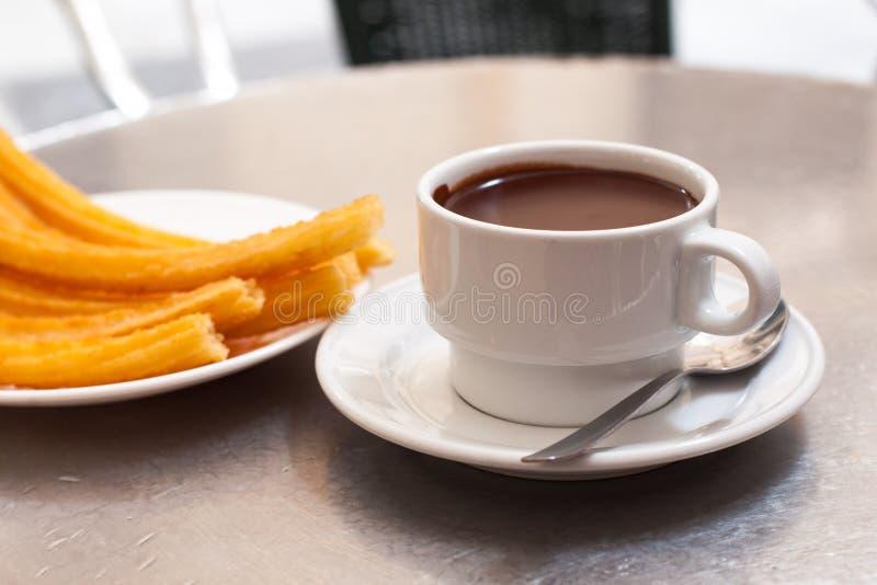 Churros und heiße Schokolade lizenzfreie stockfotos