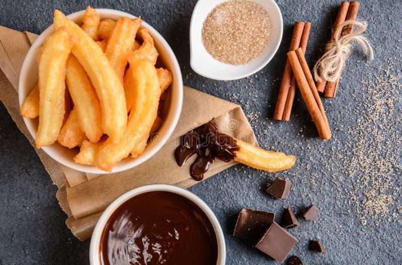 Churros z czekoladowym maczanie kumberlandem zdjęcia stock