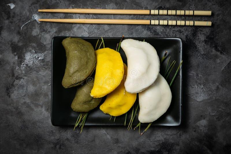 Chuseon dnia pojęcie, koreański dziękczynienie dzień - songpyeon ryżowi torty na nieociosanym tle zdjęcia stock