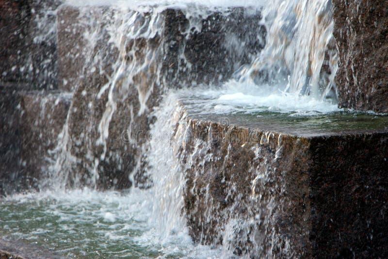 chute au-dessus de l'eau de roches photographie stock libre de droits