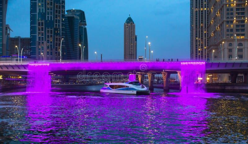Chute colorée de l'eau de canal de l'eau du Dubaï images stock