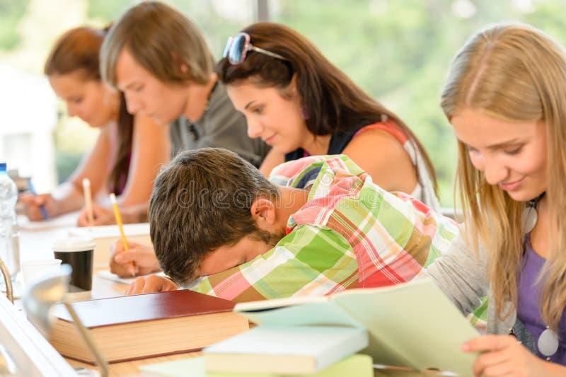 Chute d'étudiant de lycée en sommeil dans des années de l'adolescence de classe photos stock