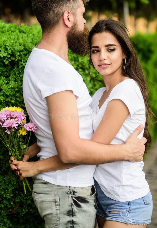 Chute d'homme dans l'amour avec la fille magnifique Les sentiments romantiques forts deviennent amour vrai Il ne l'a jamais laiss photo libre de droits