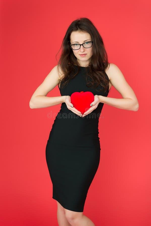 Chute dans l'amour Jouet mou de robe de femme de coeur noir élégant de prise Amour de première vue Robe et lunettes élégantes de  photos libres de droits