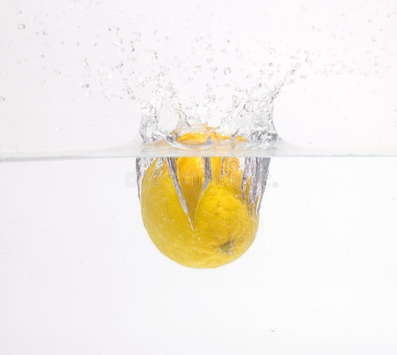 Chute de citron dans l'eau photo libre de droits