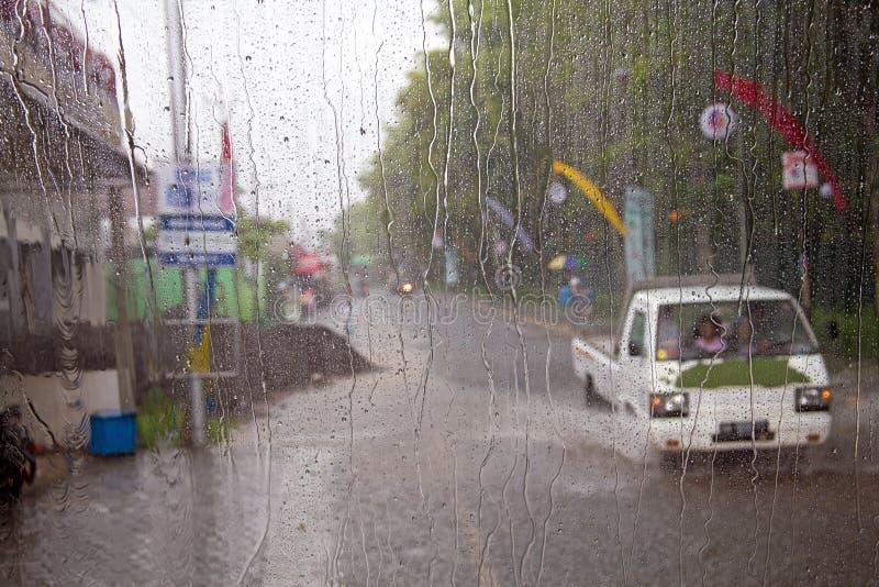 Chute de forte pluie pendant la mousson sur Java Indonesia photographie stock