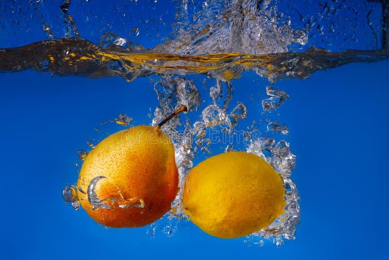 chute de fruit dans l'eau avec le jet photos stock