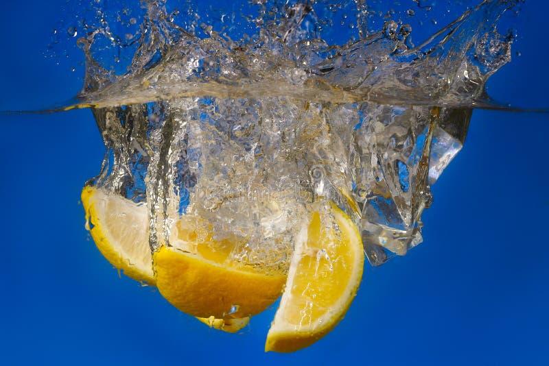 chute de fruit dans l'eau avec le jet photographie stock libre de droits