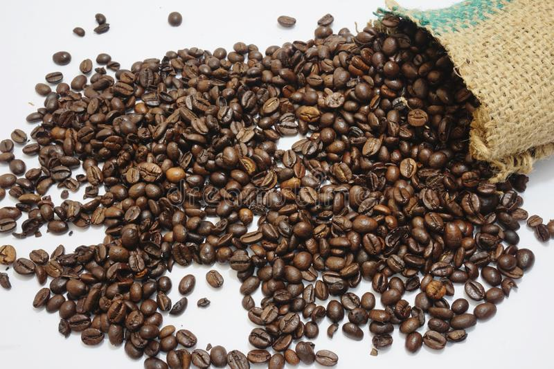 Chute de grains de café du sac images libres de droits