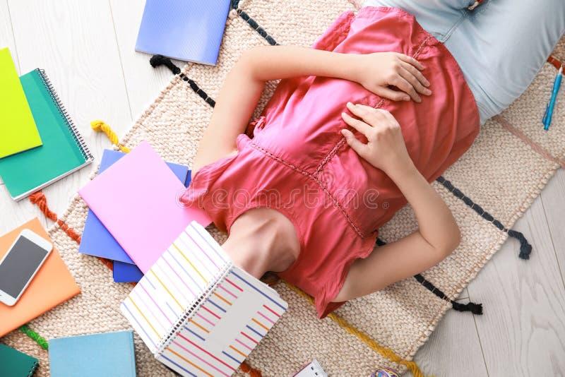 Chute de jeune femme endormie sur le plancher à la maison Concept d'?tude image stock