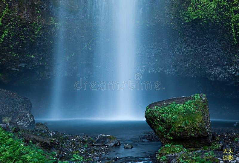 Chute de l'eau aux chutes de Multnomah à l'aire de loisirs d'état de Benson, Orégon images libres de droits
