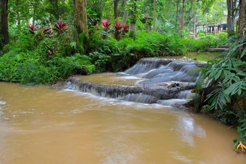 Chute de l'eau dans le saraburi, Thaïlande images stock