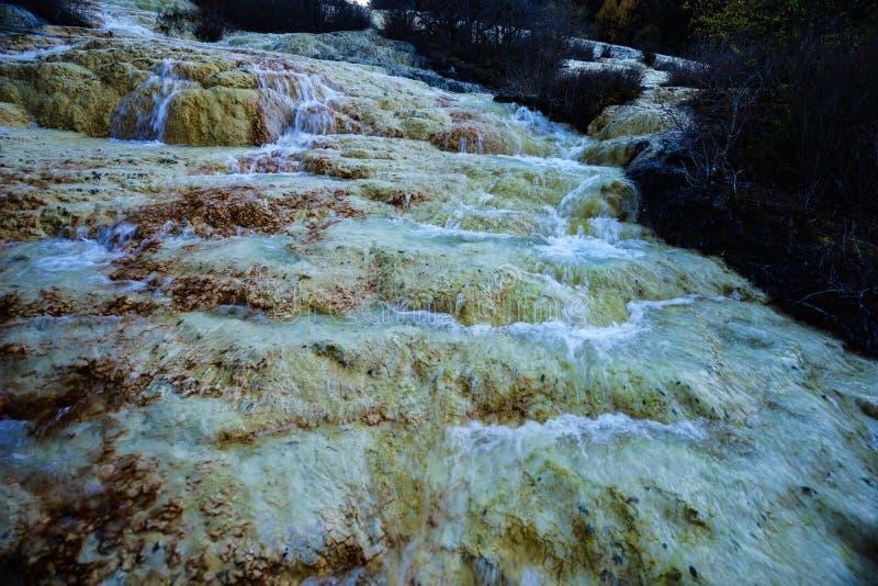 Chute de l'eau sur la vallée de Jiuzhaigou avec la conservation minérale images stock