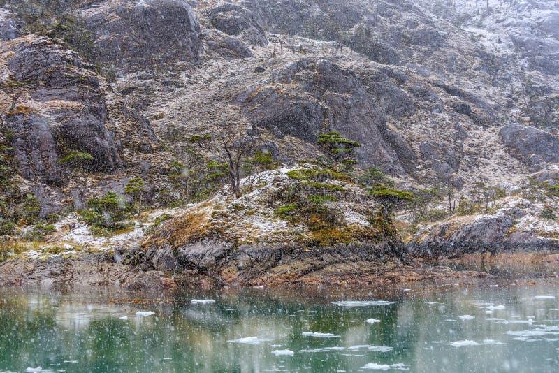 Chute de neige au glacier de Santa Ines dans le détroit de Magellan image libre de droits
