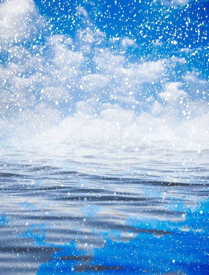 Chute de neige en mer avec un beau ciel Beau fond photos stock