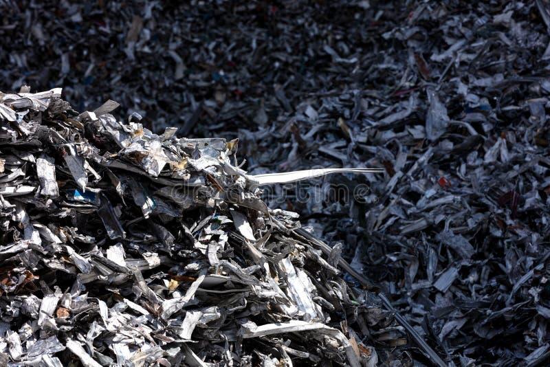 Chute en aluminium dans une fonderie photographie stock libre de droits