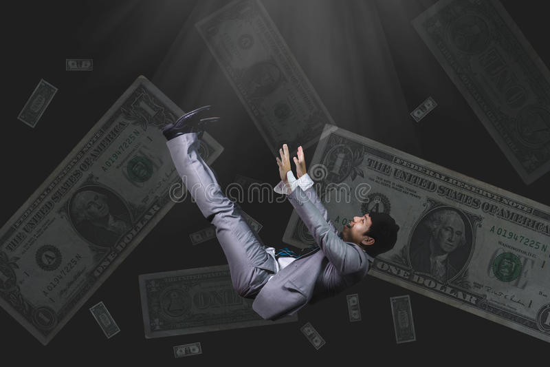 Chute et homme d'affaires criard dans le billet de banque de tenue de soirée sur le bl photo stock