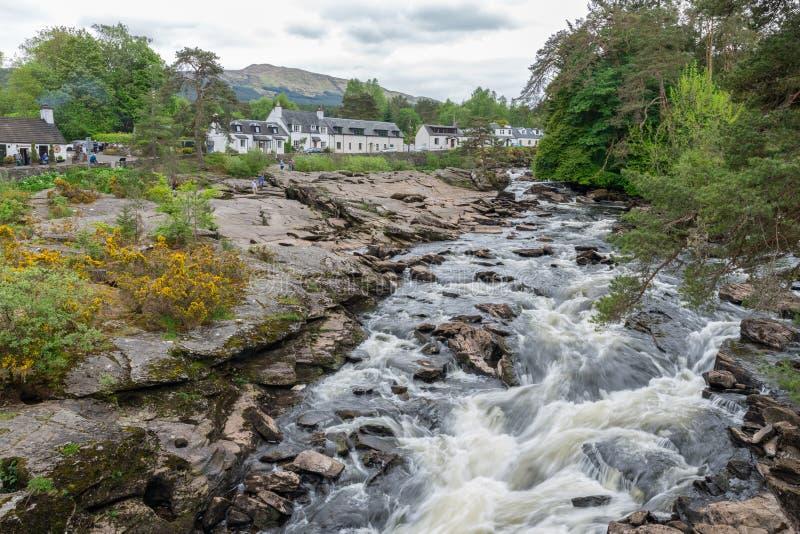 Chutes de Dochart près de Killin en montagnes écossaises, longue exposition photo libre de droits
