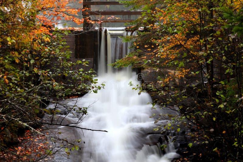 Chutes de l'eau au Québec rural dans le temps d'automne photo libre de droits