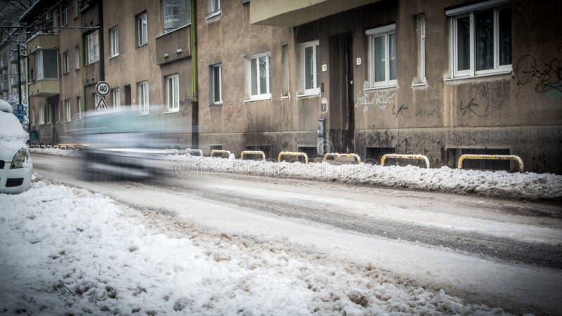 Chutes de neige extrêmes dans la ville européenne photos libres de droits