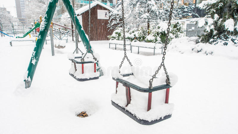 Chutes de neige extrêmes dans la ville européenne images libres de droits