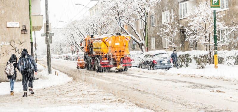 Chutes de neige extrêmes dans la ville européenne photo stock