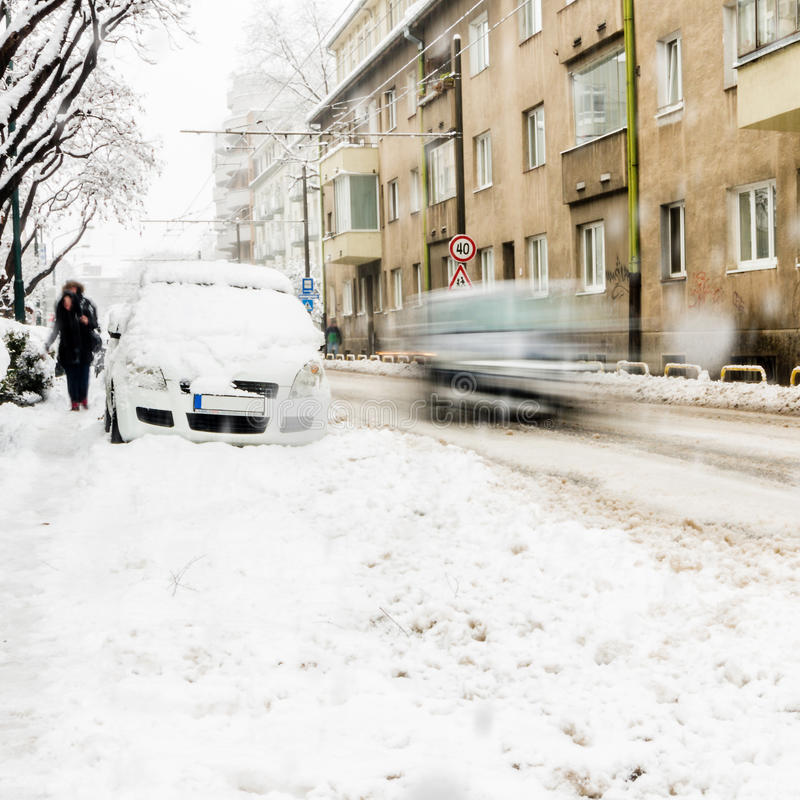 Chutes de neige extrêmes dans la ville européenne photographie stock libre de droits