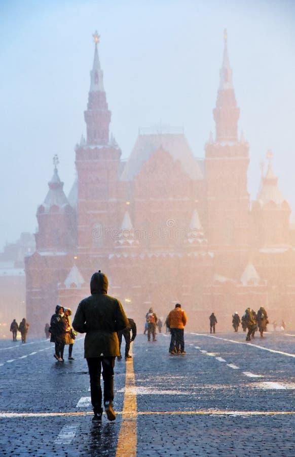 Chutes de neige extrêmes sur la place rouge à Moscou photos libres de droits