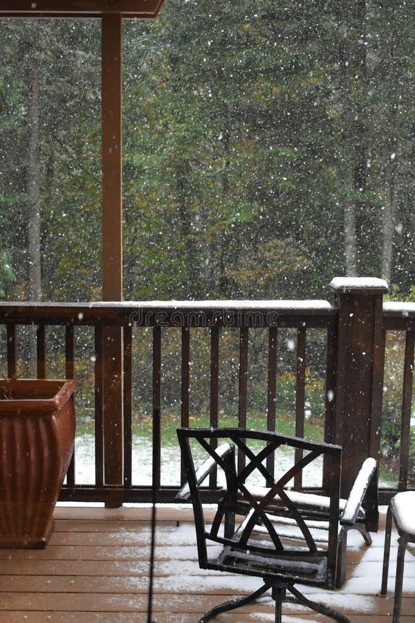 Chutes de neige sur le balcon images libres de droits
