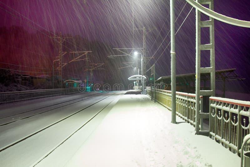 Chutes de neige sur une gare ferroviaire abandonnée photos libres de droits