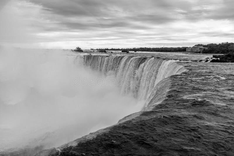 Chutes du Niagara entrant au-dessus du dessus dans la brume - version monochrome photographie stock libre de droits