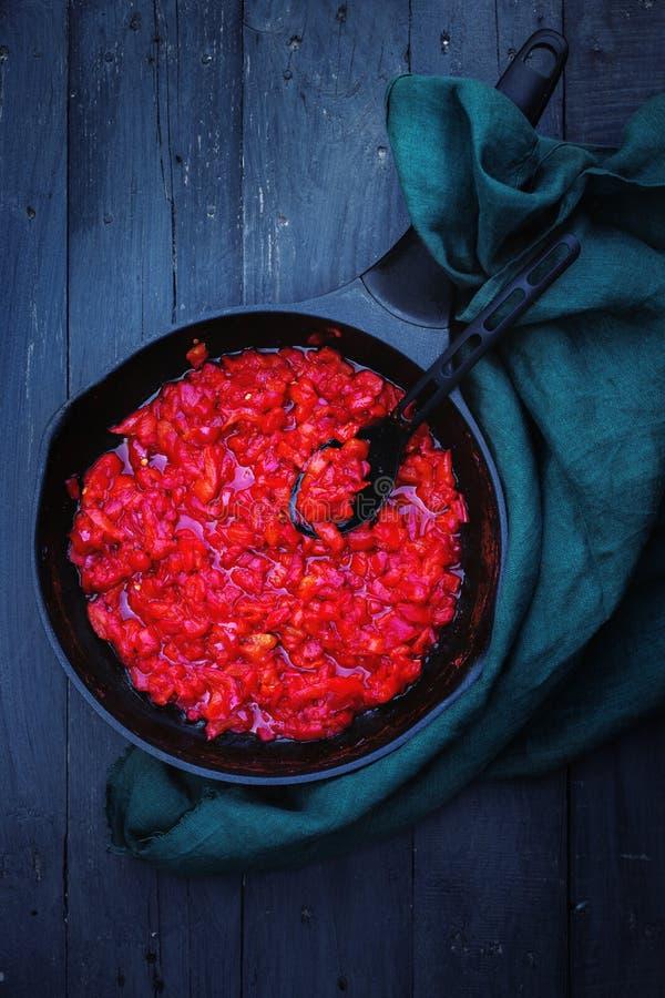 Chutney des roten Pfeffers in einer Wanne lizenzfreie stockfotos