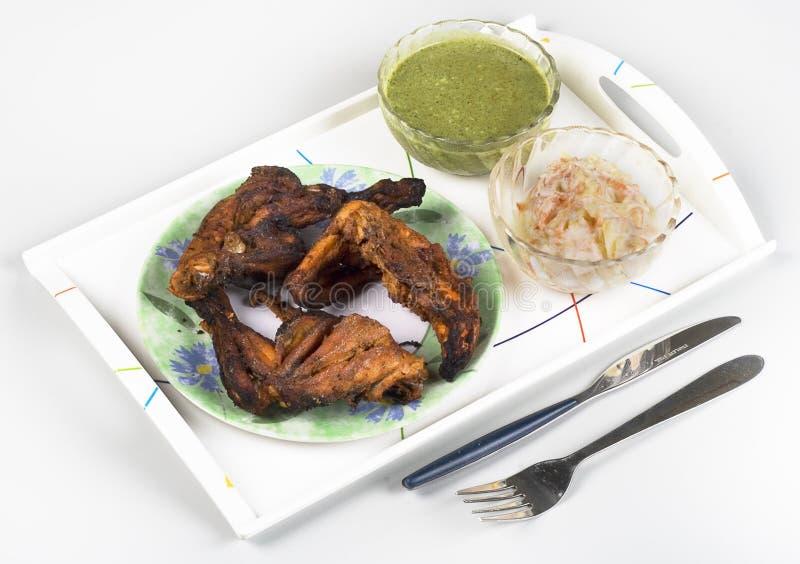 Chutney di verde di tandoori del pollo (sau) sulla parte posteriore di bianco immagine stock libera da diritti