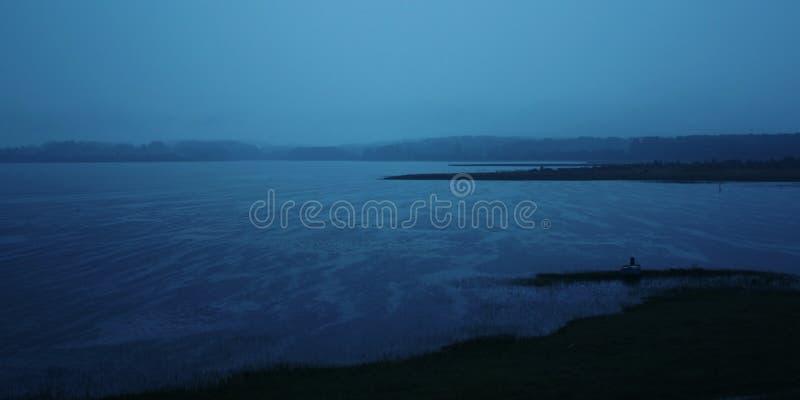 Chuva da noite no lago Kenozero Noite de verão fotos de stock