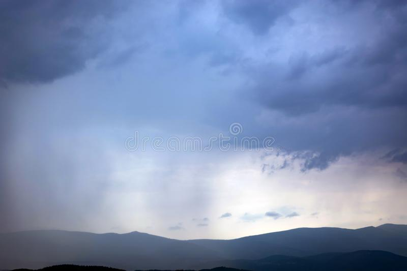 A chuva das nuvens cobre gradualmente as montanhas foto de stock royalty free
