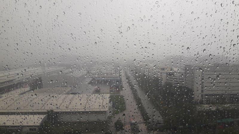 A chuva deixa cair - na superfície de vidro, chuva pesada, ventanias, chuva, respingo fotos de stock