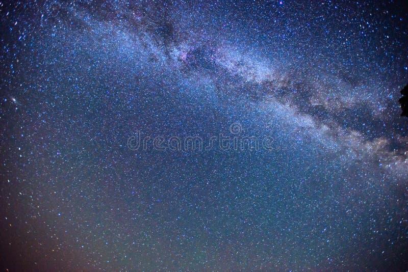 Chuva e montanhas fantásticas do meteoro do inverno na névoa imagens de stock royalty free