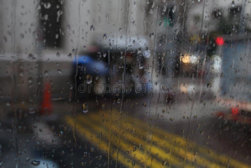 Chuva na janela. Fotografia tirada de dentro de um ônibus no centro da cidade de Santiago no Chile stock images