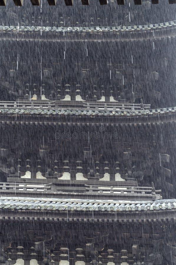 Chuva pesada com fundo do pagode japonês foto de stock