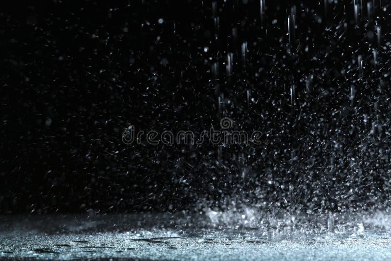 Chuva pesada que cai para baixo na terra fotos de stock royalty free