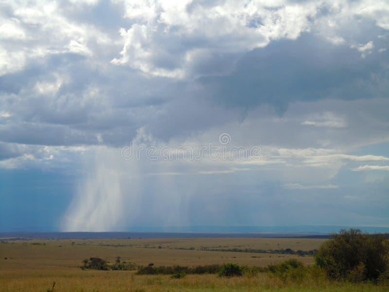 Chuva que cai do céu imagem de stock