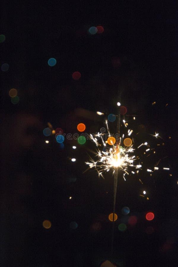 Chuveirinho do Natal do ano novo no fundo escuro com luzes do bokeh imagens de stock