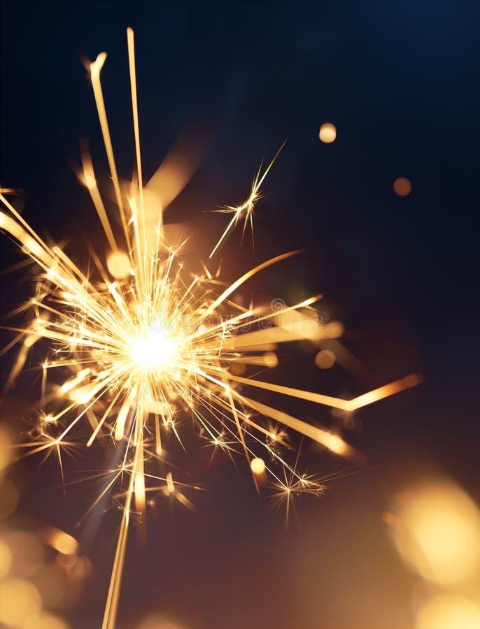 Chuveirinhos ardentes, ano novo feliz imagem de stock