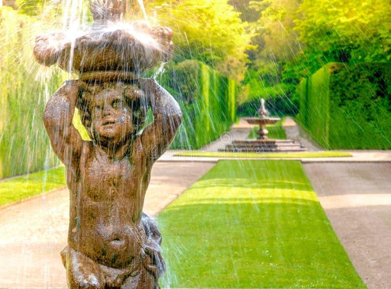 Chuveiro da criança da estátua da fonte imagens de stock royalty free