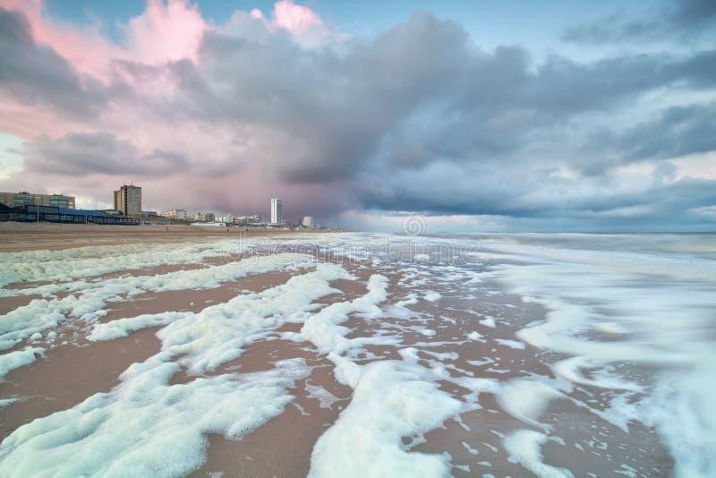 Chuveiro da manhã na praia do Mar do Norte no zee aan de Zandvoort imagens de stock