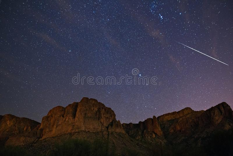 Chuveiro de meteoro de Geminid e céu noturno estrelado fotos de stock