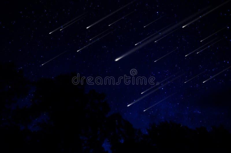 Chuveiro de meteoro no céu noturno imagem de stock royalty free