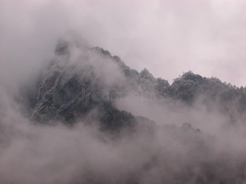 Chuveiro de neve nas montanhas perto de Guilin China imagem de stock royalty free