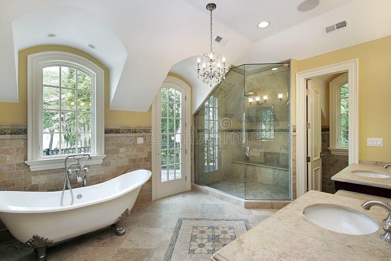 Chuveiro de vidro do iwith do banho mestre imagens de stock royalty free